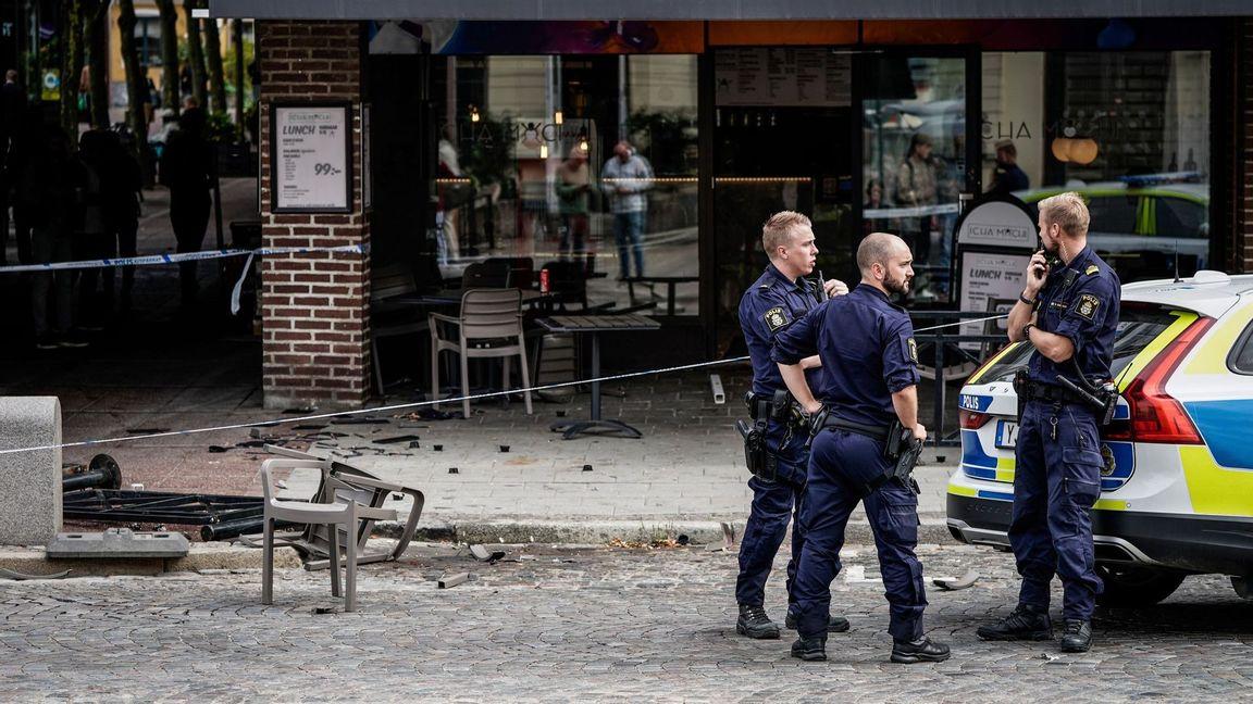 Polis på plats vid järnvägsstationen i Lund i samband med bråket vid en uteservering. Foto: Johan Nilsson/TT.