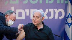 Israels premiärminister Benjamin Netanyahu när han vaccinerades. Foto: Miriam Elster, AP/TT.