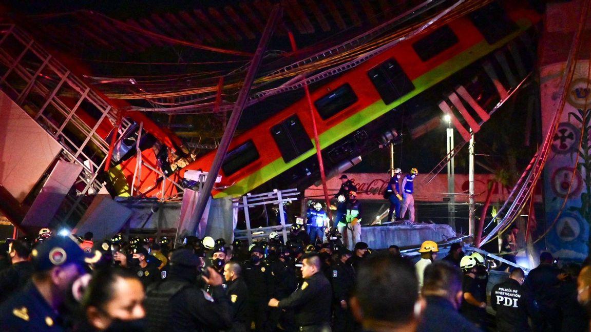 Räddningsstyrkor vid olycksplatsen natten till tisdagen lokal tid. Foto: Pedro Pardo/AFP/TT.
