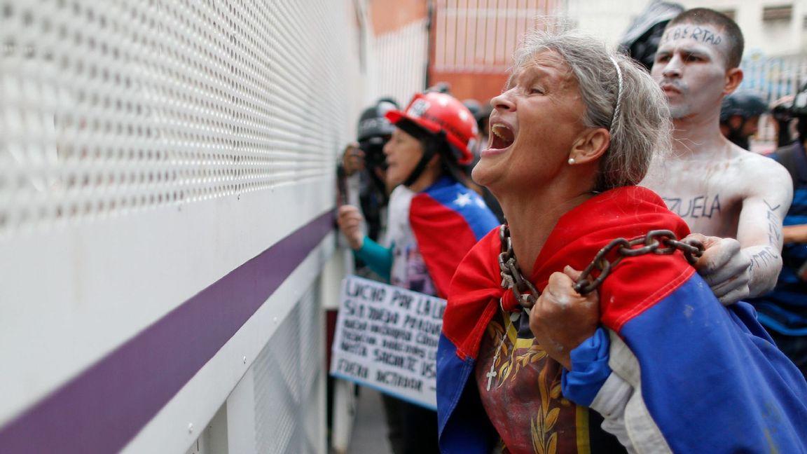 Venezolaner som protesterar mot president Maduro i Caracas, Venezuela. Foto: Ariana Cubillos/ TT