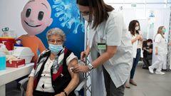 En israelisk kvinna får vaccin mot covid-19 på ett temporärt vaccinationscenter i Tel Aviv. Arkivbild. Foto: Sebastian Scheiner/AP/TT.