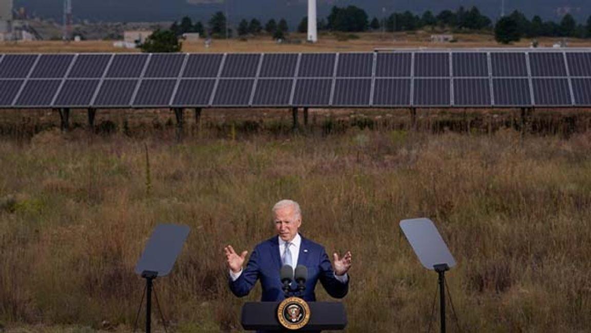 USA:s president Joe Biden håller ett tal vid en sol- och vindenergianläggning i Arvanda, Colorado, på tisdagen. Foto: Evan Vucci/AP/TT