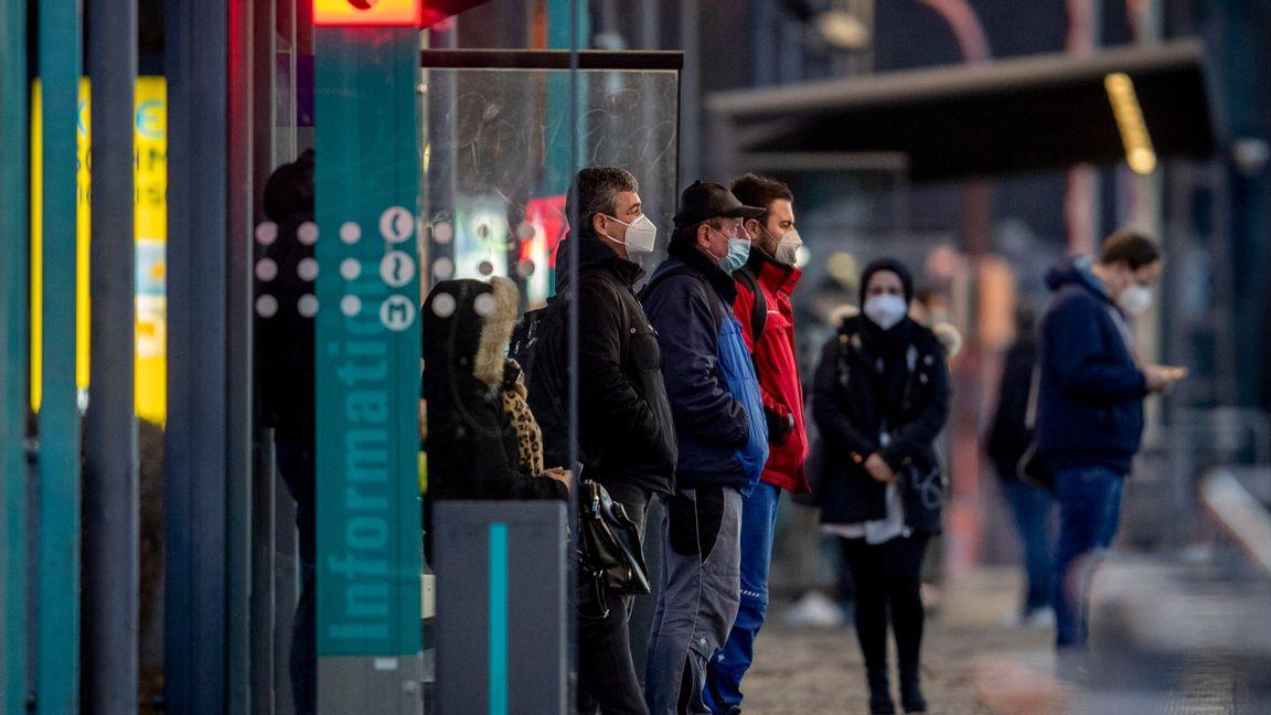 Tyskar med munskydd som väntar på tunnelbanan. Foto: Michael Probst/AP/TT