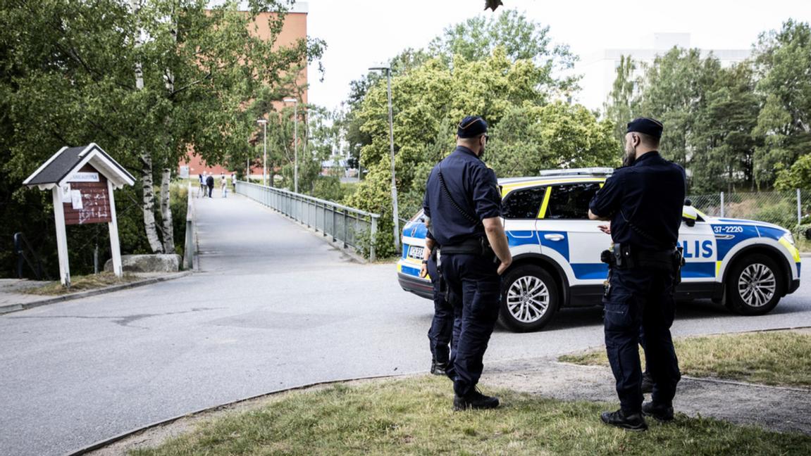 Poliser på plats vid gångbron i Visättra, Flemingsberg, där skottlossning ägde rum under lördagkvällen. Foto: Christine Olsson/TT