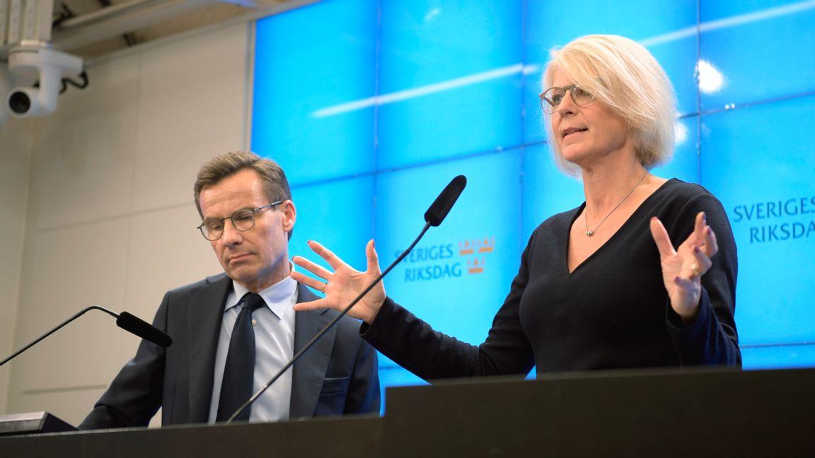 Moderaternas partiledare Ulf Kristersson och ekonomiskpolitiska talesperson Elisabeth Svantesson begär att regeringen agerar kraftfullare inför virushotet. Arkivbild. Foto: Amir Nabizadeh/TT.