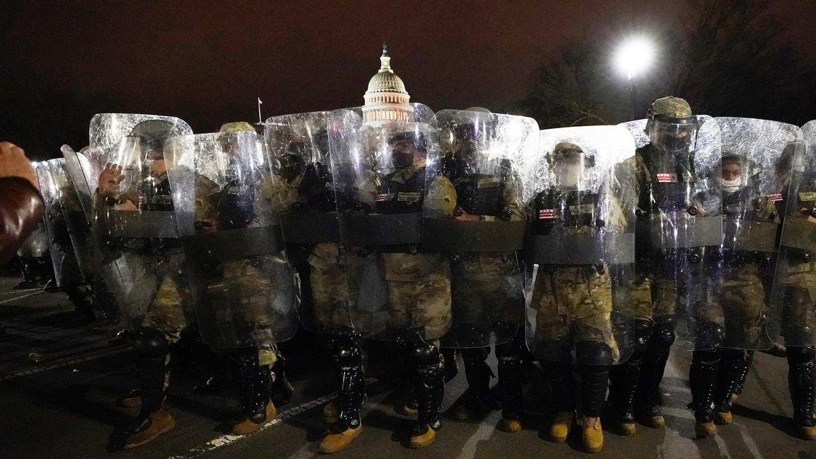 Nationalgardet skyddar kongressen efter att mobben drivits ut. Foto: Julio Cortez, AP/TT.
