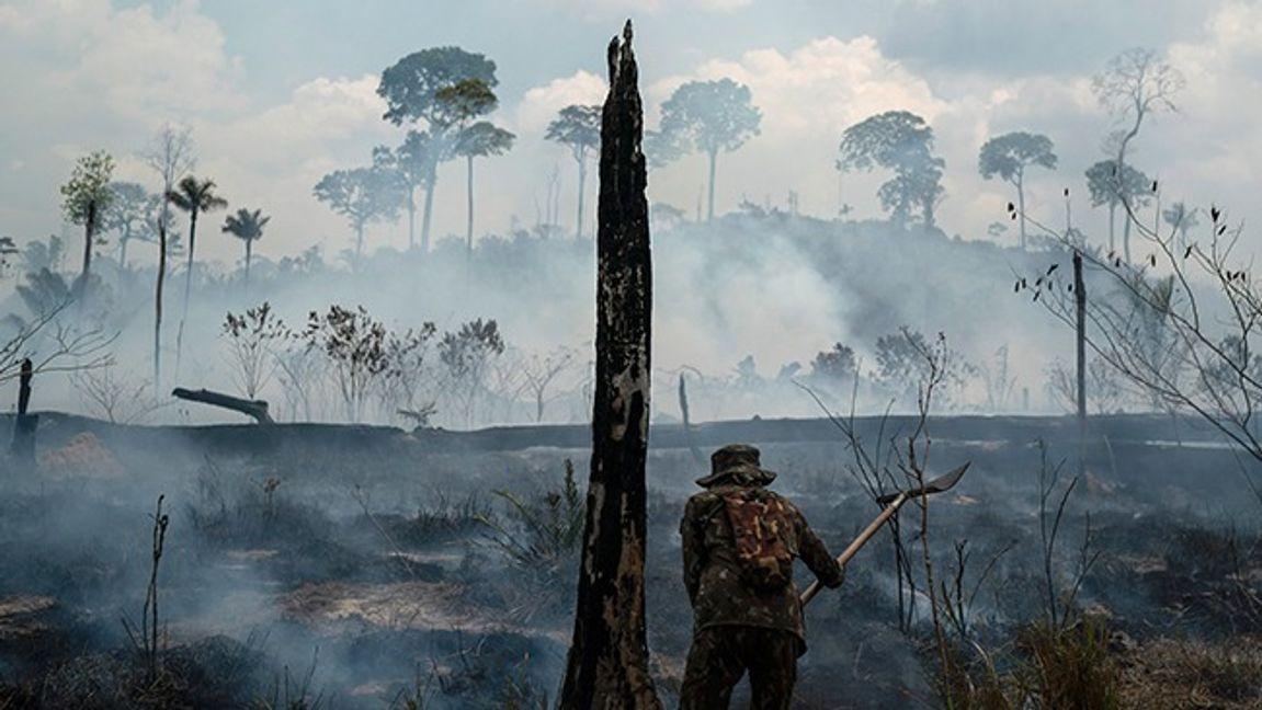 Brazilian soldier puts out fires at the Nova Fronteira region in Novo Progresso, Brazil. In 2019. Archive Picture. Photo: Leo Correa/AP/TT