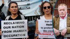 Demonstration i Beirut, mot Hizb'allah och till stöd för domaren Tarek Bitar. Foto: Hussein Malla/TT / Gustav Mårtensson