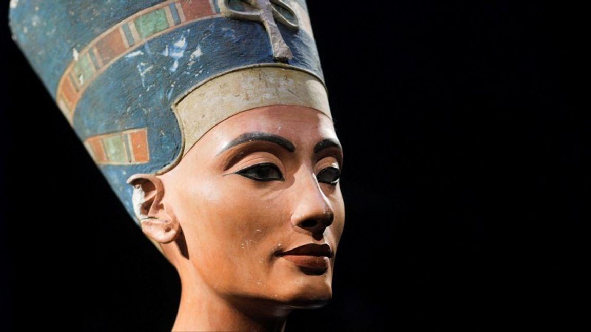 Det är välkänt att egyptier likt Nefertiti (på bilden) som levde för ungefär 3 300 år sedan använde smink. En del forskare har föreslagit att det även kan ha funnits medicinska skäl till detta då de innehöll blymineraler. En ny studie visar att dylika substanser tycks ha varit i bruk på Balkan redan för 6 000 år sedan. Foto: Markus Schreiber/AP/TT